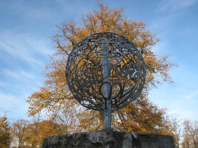 Oct 2009 Glasgow peace sculpture