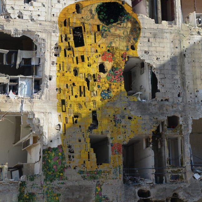 Syrian artist Tammam Azzam and his personal Gustav Klimt's %22The Kiss%22 on war-torn building in Syria >>> http-::loves.domusweb.it:freedom-graffiti: